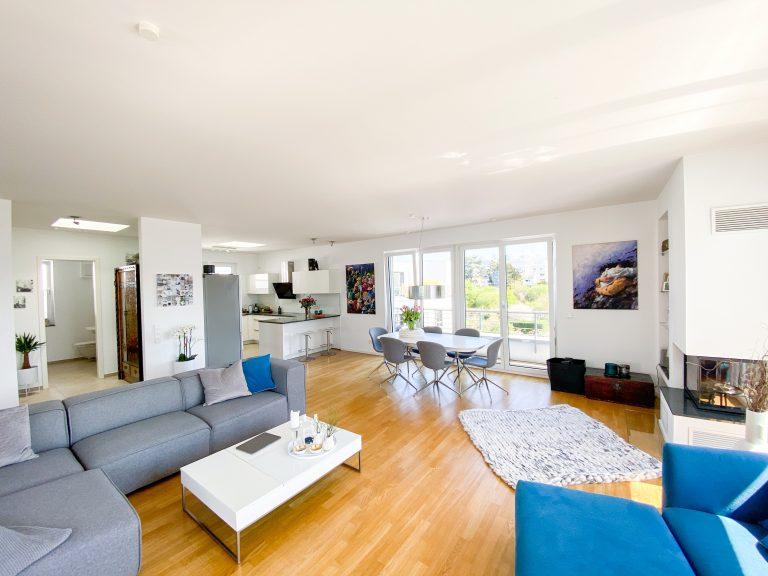 Heller und großer Wohn-/Essbereich mit Zugang zur Dachterrasse